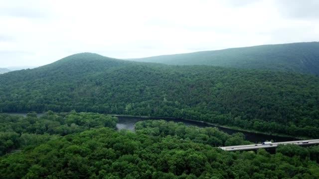 a drone pans over the delaware water gap in pennsylvania - poconobergen bildbanksvideor och videomaterial från bakom kulisserna
