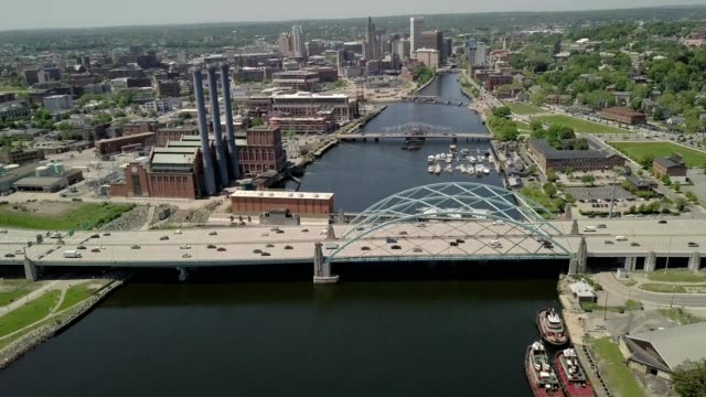 vidéos et rushes de a drone pans up over bridge traffic over a canal in providence rhode island - rhode island
