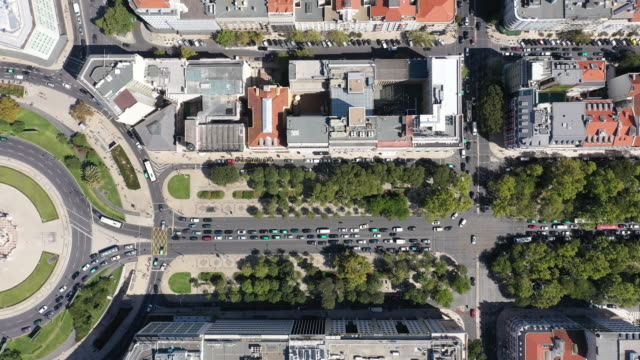 vídeos de stock e filmes b-roll de drone pint view of roundabout with traffic in lisbon - pátio