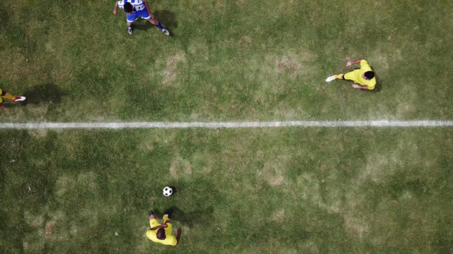 vídeos de stock e filmes b-roll de drone point of view at the kick start of a football match - campo de futebol