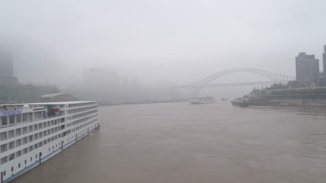 rt ws ha drone point of view on city river / chongqing, china - 路面電車点の映像素材/bロール