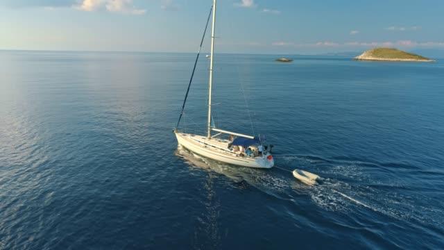 stockvideo's en b-roll-footage met 4k drone oogpunt zeilboot op zonnige oceaan, real-time - middellandse zee