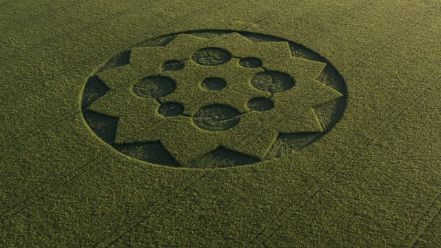 vidéos et rushes de drone point of view zooming in towards a crop circle in a field, england, united kingdom - arts culture and entertainment