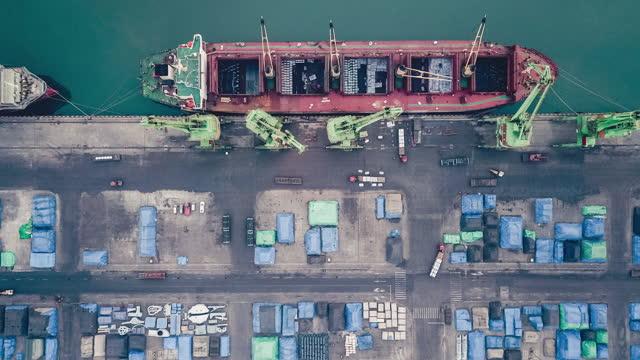 港の貨物船のt/lドローンポイントビュー - 鉄点の映像素材/bロール