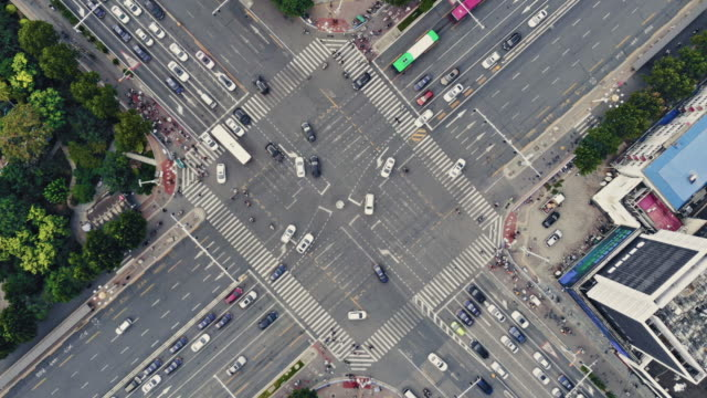 vídeos de stock, filmes e b-roll de t/l ws ha drone ponto vista do cruzamento da rua da cidade no dia - encruzilhada