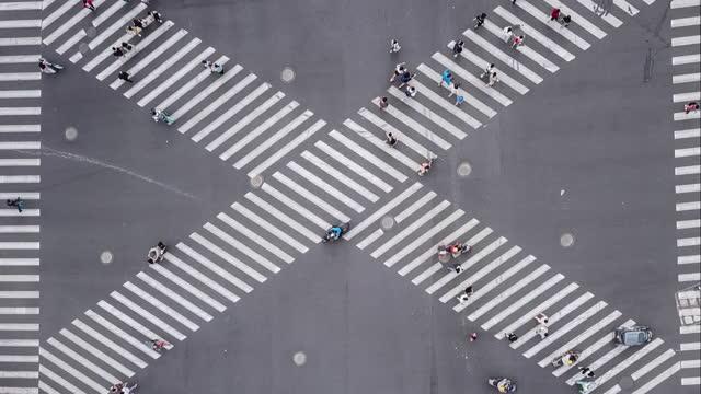 都市道路横断のドローンポイントビュー - 十字路点の映像素材/bロール