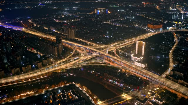 drone point view of city traffic overpass at night - road junction stock-videos und b-roll-filmmaterial
