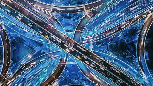t / l pan drone synvinkel överfart och city trafik på natten - aveny bildbanksvideor och videomaterial från bakom kulisserna