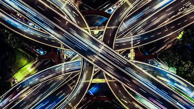 vidéos et rushes de vue de point de vue de drone de t/l du passage supérieur et de la circulation de ville la nuit - phare de véhicule