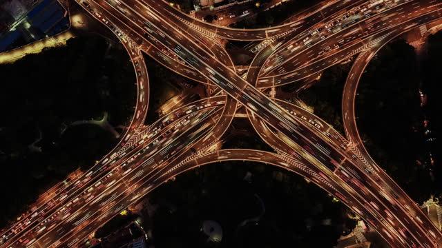 t/l drone point view von überführung und stadtverkehr, von dämmerung bis nacht - straßenkreuzung stock-videos und b-roll-filmmaterial