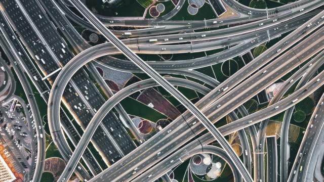 vidéos et rushes de t/l pan drone point view of road intersection / dubai, émirats arabes unis - circulation routière