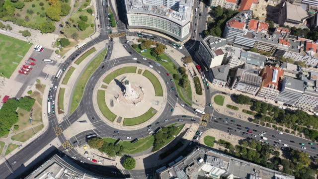 vídeos y material grabado en eventos de stock de vista de punto de drone de la estatua del marqués de pombal - eduardo vii park