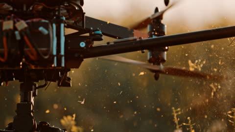 super slo mo drone propellrar skärande växter av raps - propeller bildbanksvideor och videomaterial från bakom kulisserna