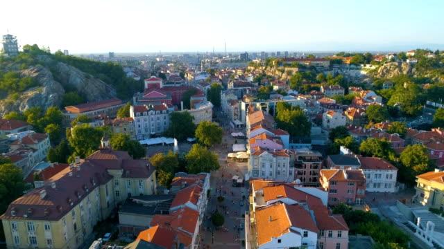 Drone onthullen schot vliegen over de hoofdstraat van de stad van het downtown district van Plovdiv in Bulgarije
