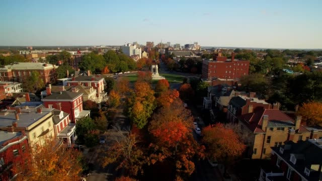 drone - revealing city skyline from the treetops in fall - richmond virginia stock videos & royalty-free footage
