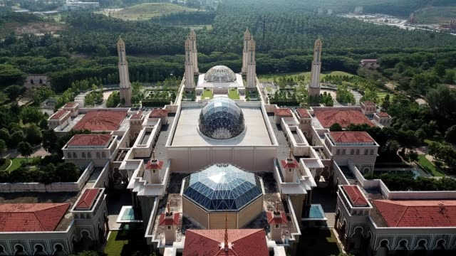 a drone reverses to reveal a nusajaya mosque in johor bahru malaysia - johor stock videos & royalty-free footage