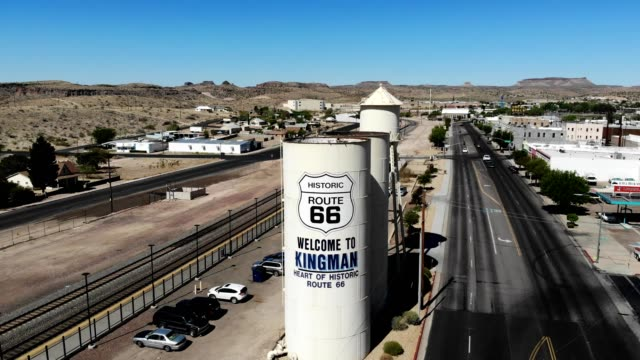 vidéos et rushes de a drone rises above old route 66 in kingman arizona - route 66