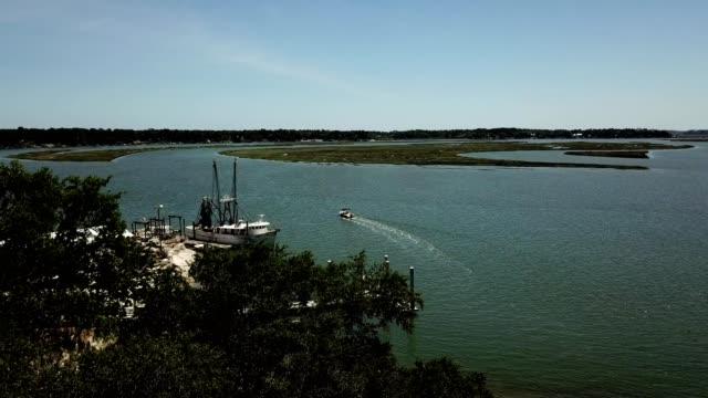vídeos y material grabado en eventos de stock de a drone rises over trees to view may river in bluffton south carolina - carolina del sur