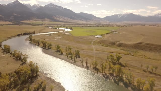 vídeos de stock, filmes e b-roll de a drone rises over yellowstone river in paradise valley bozeman montana - bozeman