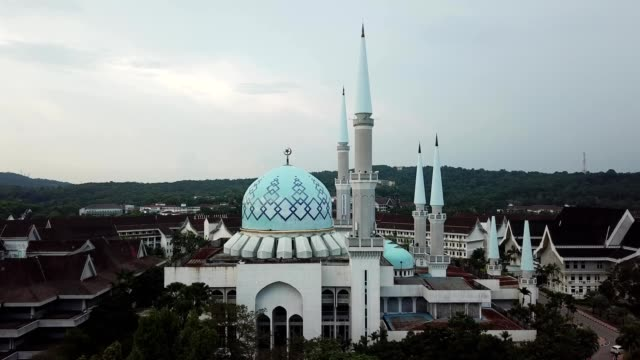 a drone rises to view of university technology malaysia mosque - malaysia stock videos & royalty-free footage