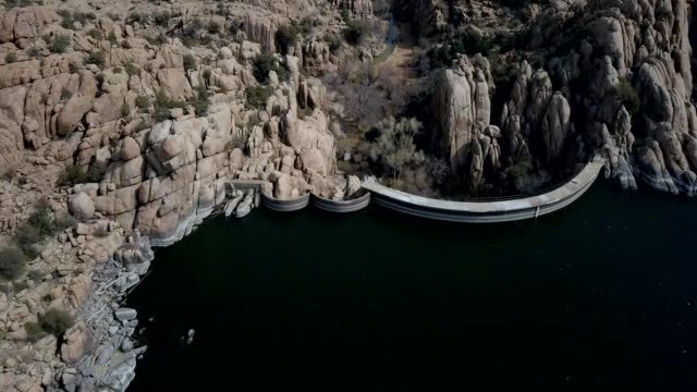 a drone sees the other side of the dam of watson lake in prescott arizona - prescott arizona stock videos & royalty-free footage