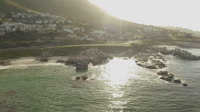 vidéos et rushes de drone selfie in  cape-town, south africa aerial view-4k-stock video - chaîne de montagnes