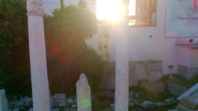 drohne geschossen 360-grad-drehung um alte römische säulen - das alte rom stock-videos und b-roll-filmmaterial