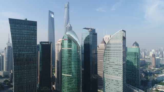 Drone skott: 4K Flygfoto över Lujiazui Financial District i Shanghai.