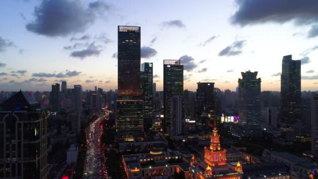 Drone schot: 4K luchtfoto van Shanghai skyline bij dramatische zonsondergang.