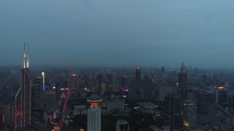 vídeos y material grabado en eventos de stock de drone de tiro: 4k vista del skyline de shanghai en la noche. - shanghái
