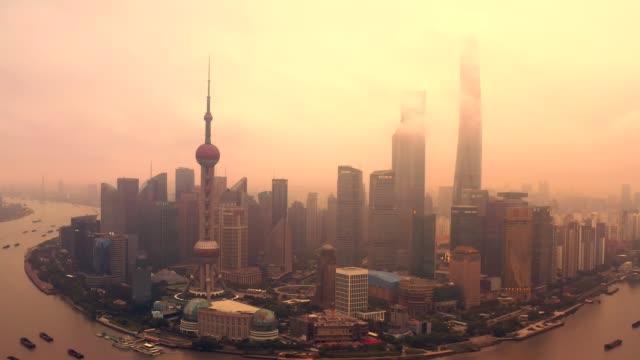 drohne schoss 4k luftaufnahme der skyline von shanghai mit nebelverschmutzung umweltproblem ansicht in der nähe des oriental pearl tower in shanghai, china. - smog stock-videos und b-roll-filmmaterial