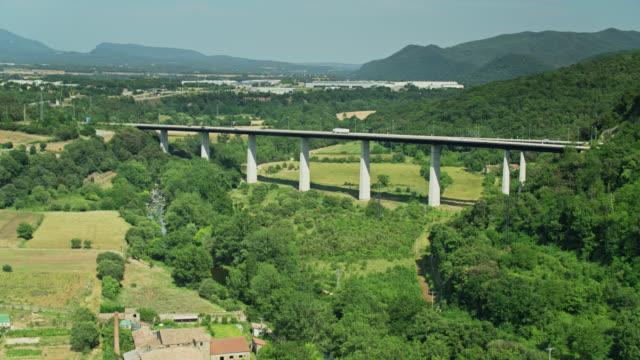 colpo drone in avvicinamento ponte autostrada in catalogna - roca video stock e b–roll