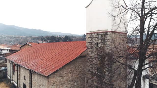 ショットの昇順と明らかに小さな教会をドローンします。 - eco tourism点の映像素材/bロール