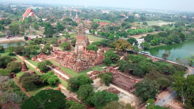 vidéos et rushes de temple de ville antique drone shot ayudhaya, thaïlande - antennes