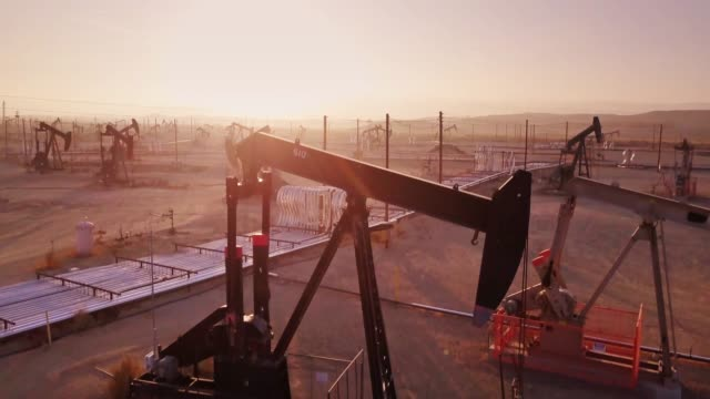 drone shot climbing over midway-sunset oil field, kern county, california - industria petrolifera video stock e b–roll