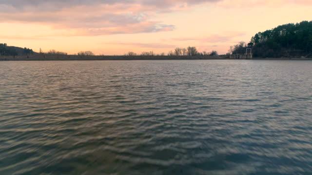vídeos de stock, filmes e b-roll de drone tiro voar baixo e rápido sobre a água do lago ver os primeira pessoa - baixo posição