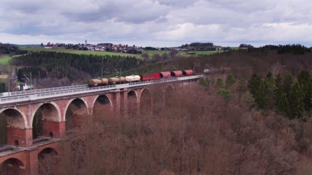 drohne-schuss nach einem güterzug über göltzsch viadukt - sachsen stock-videos und b-roll-filmmaterial