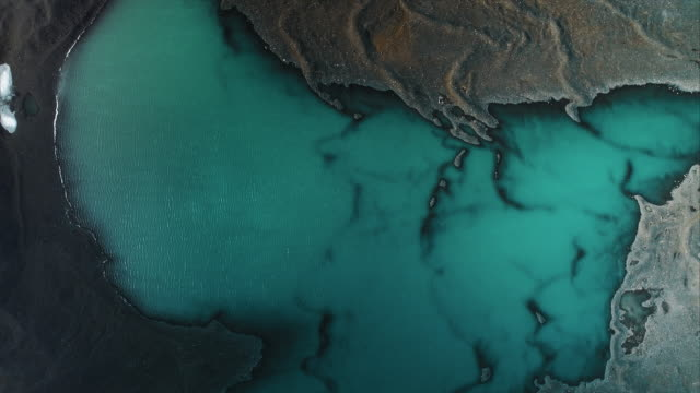 vídeos de stock, filmes e b-roll de drone shot looking down on a meltwater lake, iceland - geologia