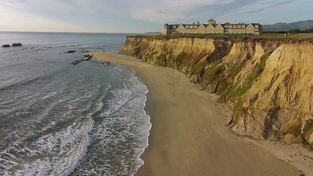 vídeos de stock, filmes e b-roll de drone shot low to rise up: ritz-carlton half moon bay - ritz carlton hotel