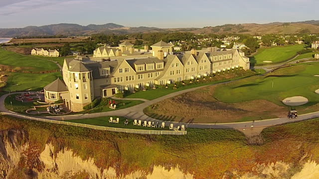 vídeos de stock, filmes e b-roll de drone shot medium pan: ritz-carlton half moon bay - ritz carlton hotel