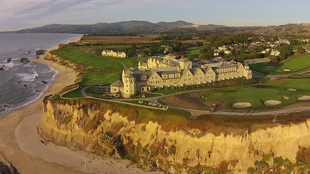 vídeos de stock, filmes e b-roll de drone shot medium: ritz-carlton half moon bay - ritz carlton hotel