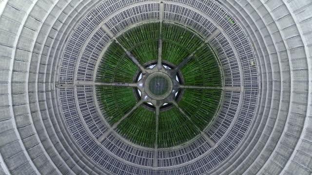 vídeos y material grabado en eventos de stock de drone shot moving up and looking down on an abandoned power plant, charleroi, belgium - huella de carbono
