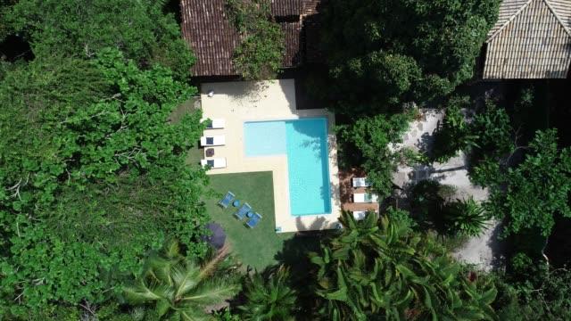 高級ホテルのスイミング プールからのドローン ショットを移動 - eco tourism点の映像素材/bロール