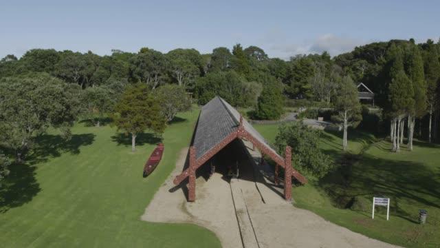 drone shot of a maori canoe house in the waitangi treaty grounds - bucht bay of islands neuseeland stock-videos und b-roll-filmmaterial