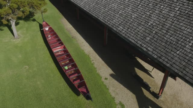 drone shot of a maori canoe in the waitangi treaty grounds - baia delle isole nuova zelanda video stock e b–roll