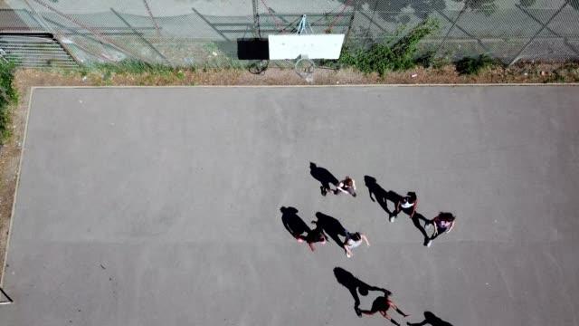vidéos et rushes de tir de drone des athlètes jouant au basket-ball - streetball
