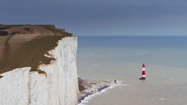 vídeos de stock e filmes b-roll de drone shot of beachy head and the english channel - geografia física