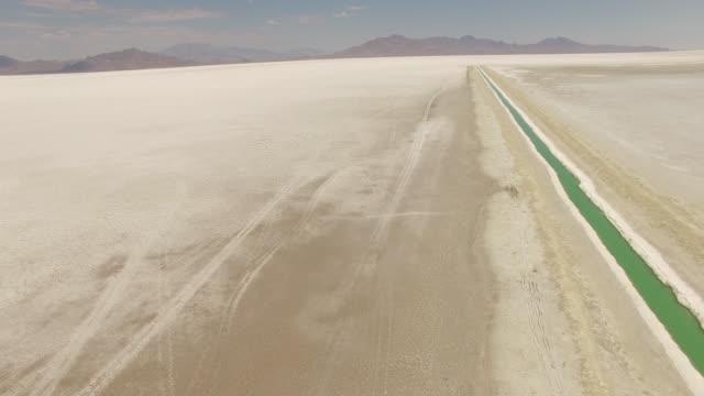 stockvideo's en b-roll-footage met drone shot of bonneville salt flats against mountains - bonneville zoutvlakte