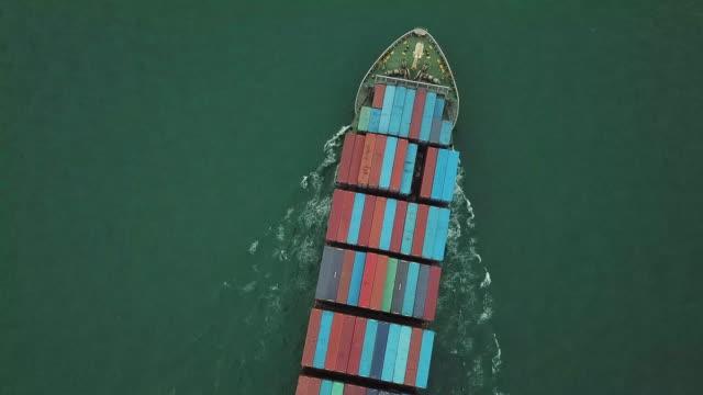 drohne schuss von cargo schiff transport von containern - schiffsfracht stock-videos und b-roll-filmmaterial