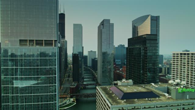 vidéos et rushes de drone shot of chicago loop at sunrise - tour sears